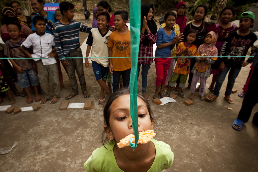 The cracker-eating challenge was the most favorite attraction. (JG Photo/Yudha Baskoro)