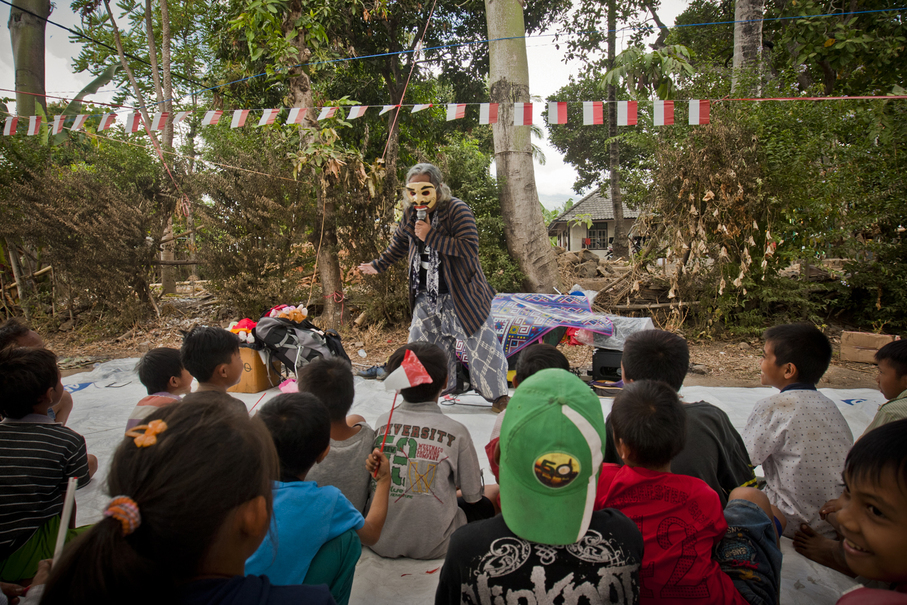 A storyteller performs for the youngest. (JG Photo/Yudha Baskoro)