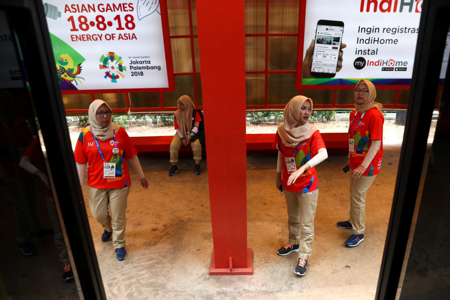 You can always ask volunteers to help you navigate the Asian Games' venues. (Reuters Photo/Athit Perawongmetha)