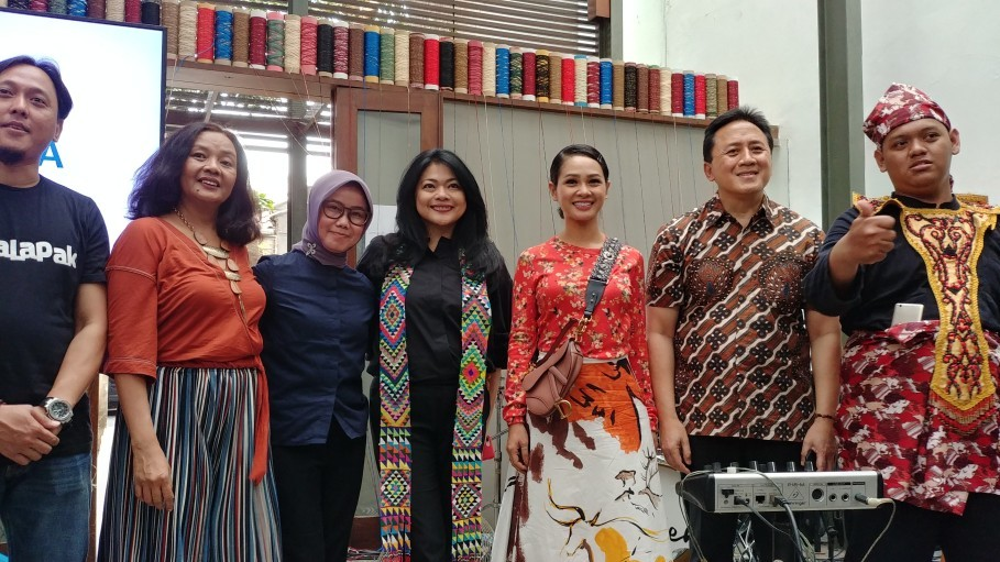 Left to right, Bukalapak Associate VP Ari K. Wibowo, ATC Widyatama instructor Anunsiata Srisabda and director Anne Nurfarina, Dia.Lo.Gue Artspace founder Engel Tanzil, Andien, Creative Economy Agency (Bekraf) head Triawan Munaf and Lutfi, one of the students at ATC Widyatama. (JG Photo/Dhania Sarahtika)