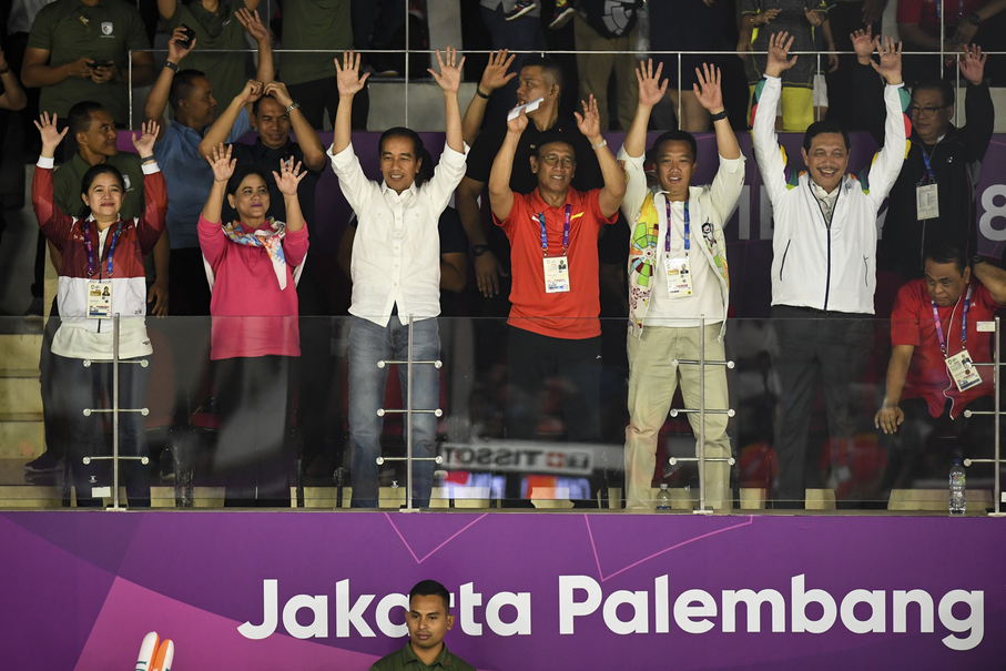 President Joko 'Jokowi' Widodo, first lady Iriana Joko Widodo, Sports Minister Imam Nahrawi, Coordinating Human Development Minister Puan Maharani and Coordinating Political, Legal and Security Affairs Minister Wiranto watch Wednesday's badminton men's team final. (JG Photo/Yudha Baskoro)