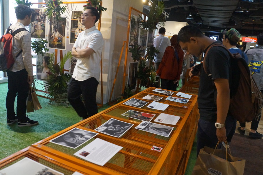 Visitors looking at the photos at #JakartaRumahku exhibition. (JG Photo/Dhania Sarahtika)