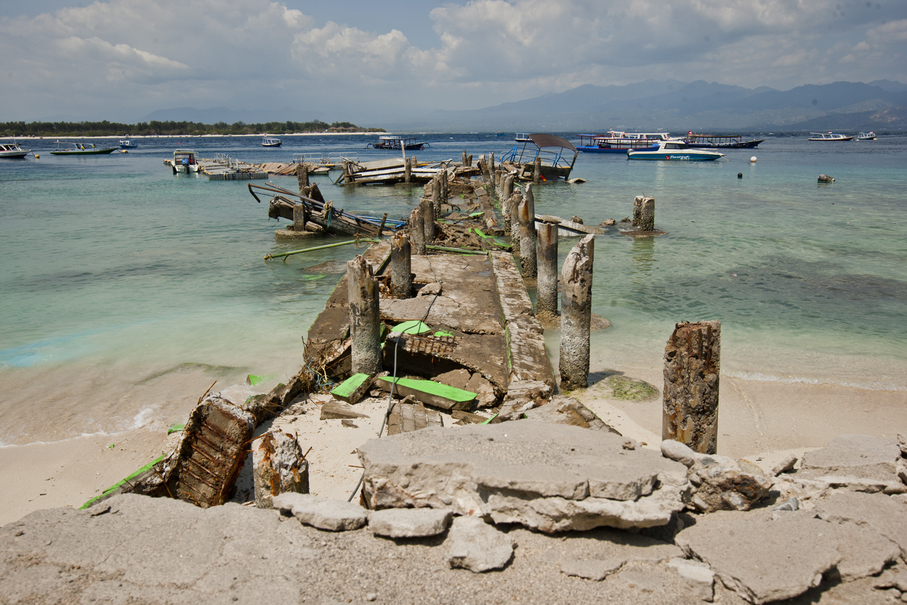 A dock on Gili Trawangan that collapsed during the earthquake. (JG Photo/Yudha Baskoro)