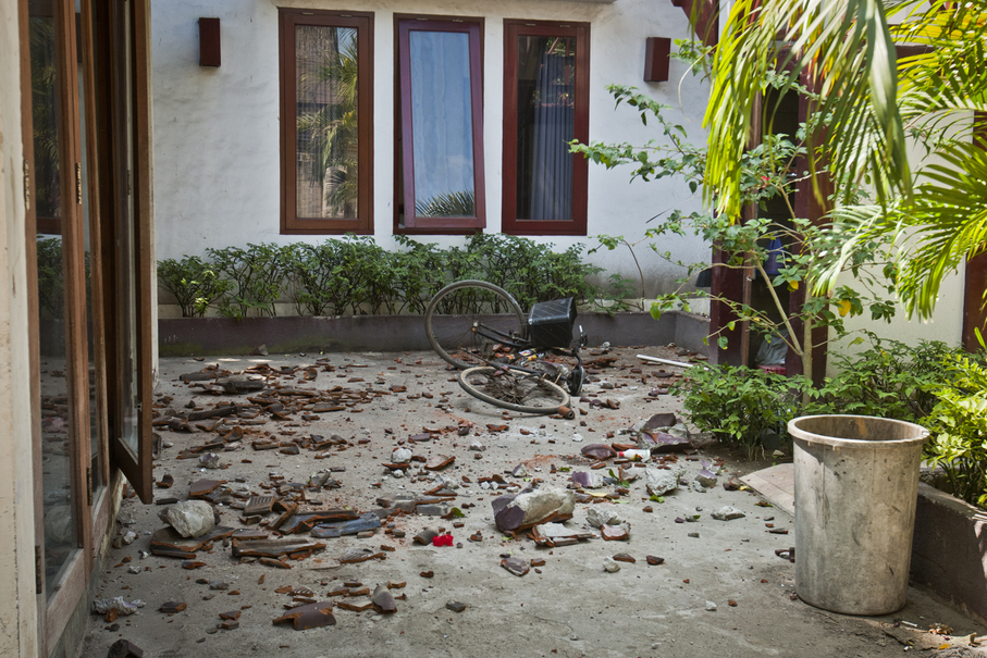 Broken roof tiles are seen scattered in a courtyard at a guesthouse on Gili Trawangan. At least 131 people have died, 236 were injured and more than 84,000 were left homeless by the disaster, the National Disaster Mitigation Agency (BNPB) said. (JG Photo/Yudha Baskoro)