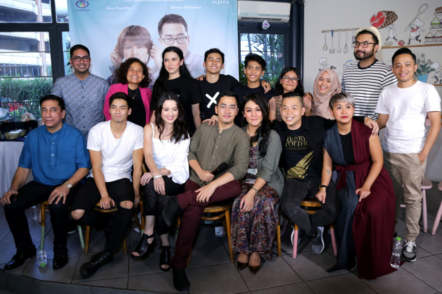 Cast and crew of 'Milly & Mamet' during a press conference in South Jakarta on Monday (27/08). (Photo courtesy of Starvision)