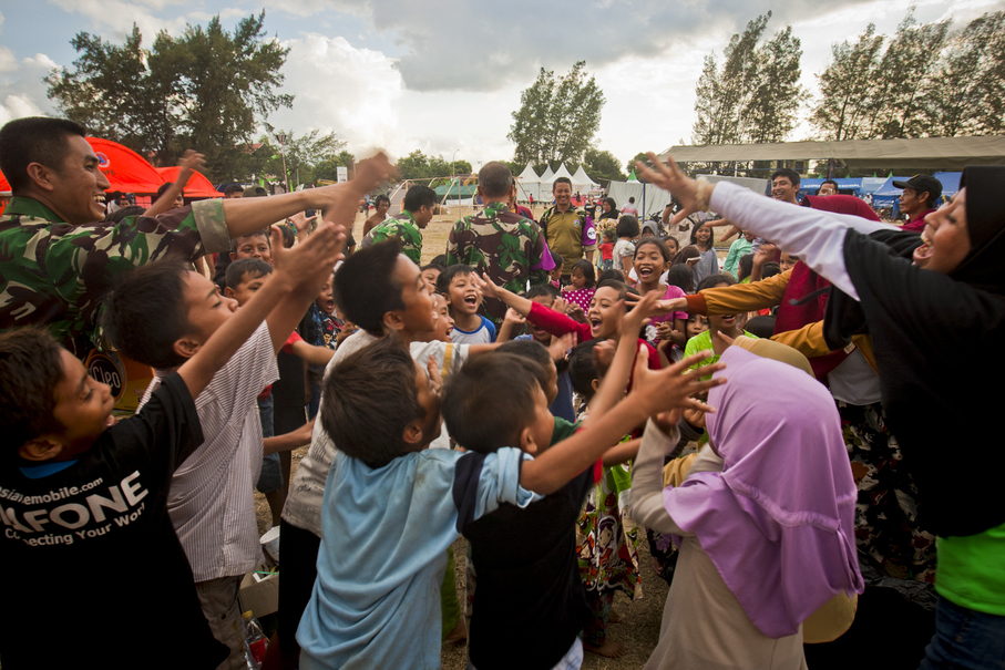 Soldiers involve children in an outdoor game at a temporary shelter in Tanjung, North Lombok district, on Friday (10/08). (JG Photo/Yudha Baskoro)