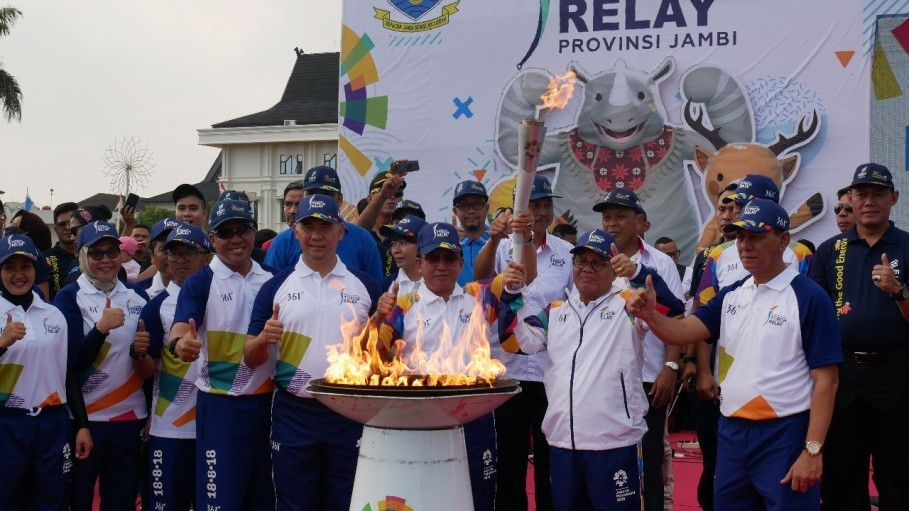 Santiaji Gunawan, group head of strategic stakeholder management at Perusahaan Gas Negara (PGN) and 30 runners from subsidiary Gas Transportation Indonesia participating in the 2018 Asian Games torch relay in Jambi on Friday. (Photo courtesy of the PGN)