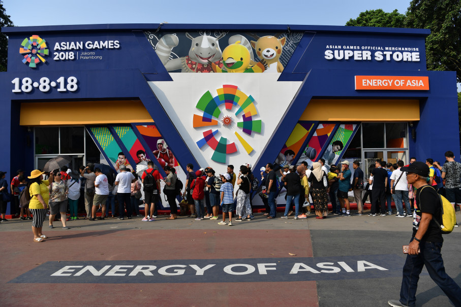 People queuing outside Super Store, the official 2018 Asian Games merchandise shop, at Gelora Bung Karno Stadium in Jakarta on Wednesday. (Antara Photo/Widodo S. Jusuf)