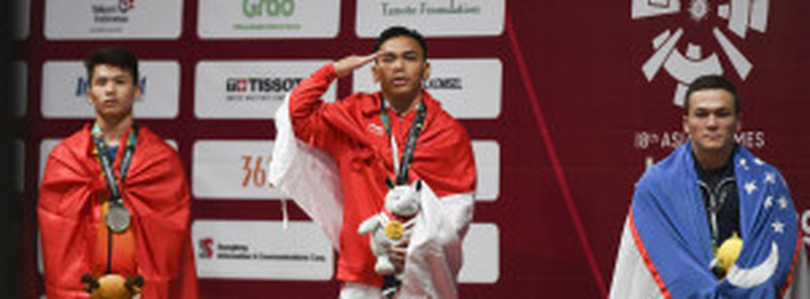 Eko Yuli Irawan, center, presented Indonesia with a gold medal in weightlifting. (Inasgoc Photo/Dhemas Reviyanto)