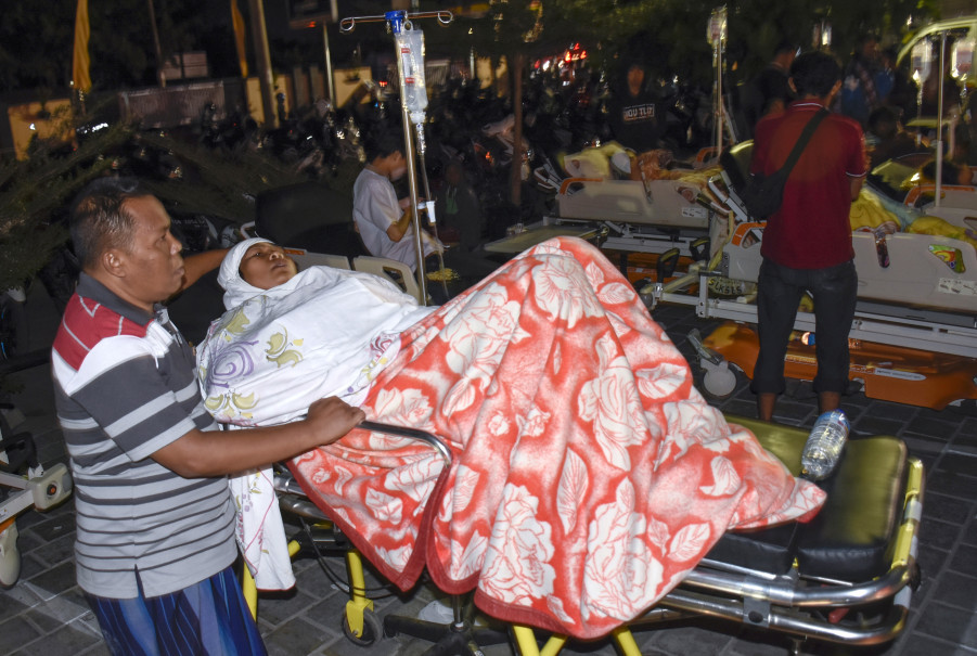 Patients were forced to spend the night outside Mataram Hospital in Lombok on Sunday amid fears that aftershocks may cause the building to collapse. (Antara Photo/Ahmad Subaidi)