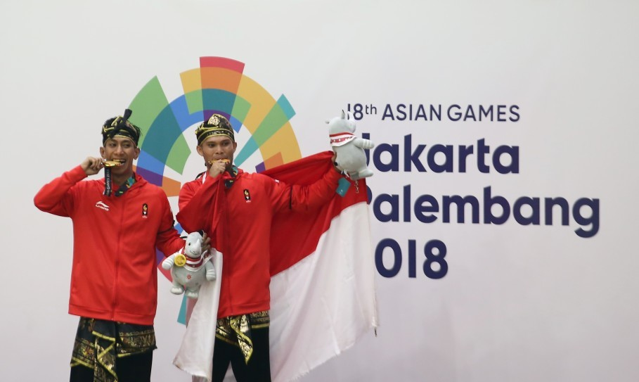 Pencak silat fighters Yola Primadona Jampil and Hendy won gold in the men's double category. (Antara Photo/Inasgoc/Tri Budi Prianto)