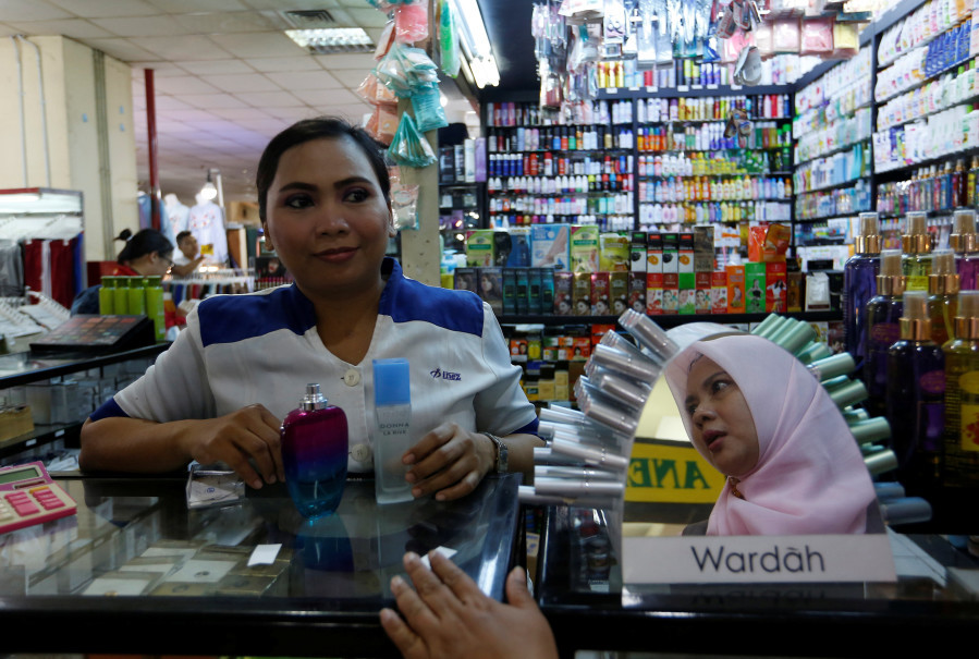 Nur Komariah, a cosmetics vendor, serves a customer at her stall in Thamrin City trade center in Jakarta, Indonesia, September 6, 2018. (Reuters Photo/Willy Kurniawan)