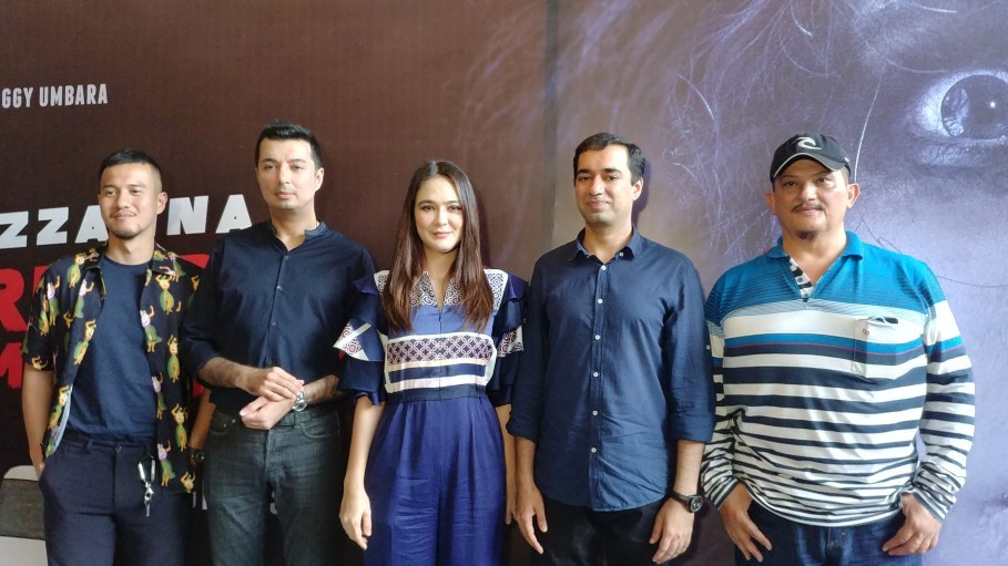From left, actor Herjunot Ali, producer Sunil Soraya, actress Luna Maya, director Rocky Soraya and actor Clift Sangra (the real Suzzanna's ex-husband) at a press conference in Menteng, Central Jakarta, on Monday (24/09). (JG Photo/Dhania Sarahtika)