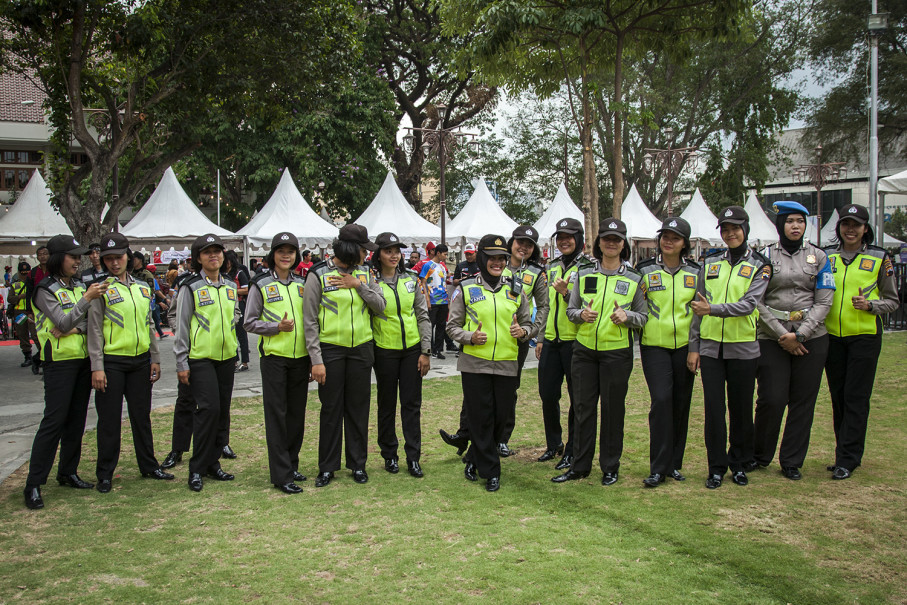 Female police officers give the thumbs up during the ceremony. (JG Photo/Yudha Baskoro)