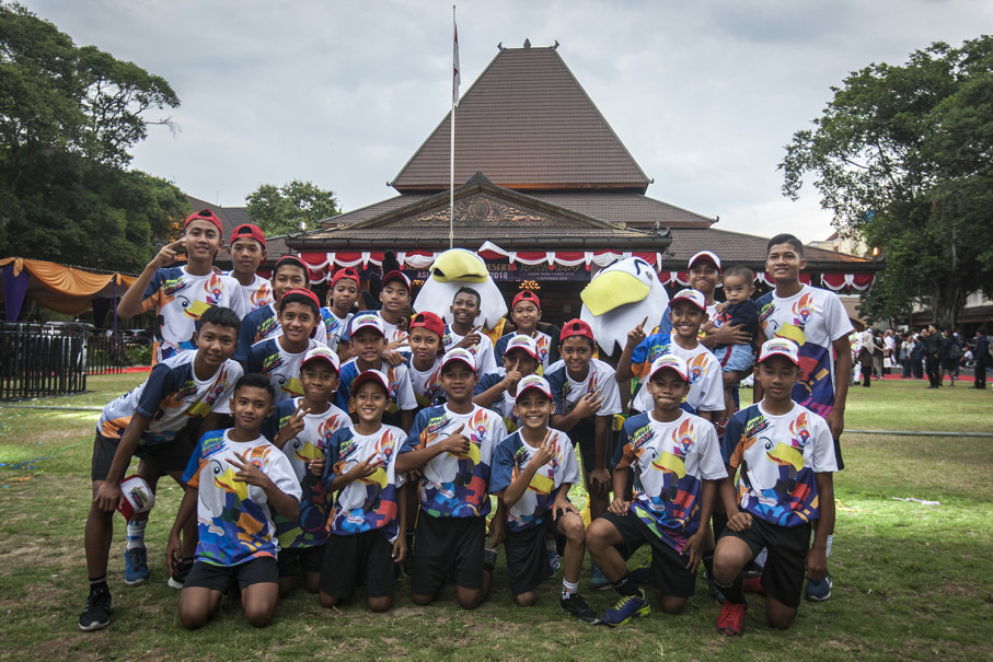 Students pose for a photo with Momo, the 2018 Asian Para Games mascot. Momo represents a bald eagle and the name is derived from the words 'motivation' and 'mobility.' (JG Photo/Yudha Baskoro)