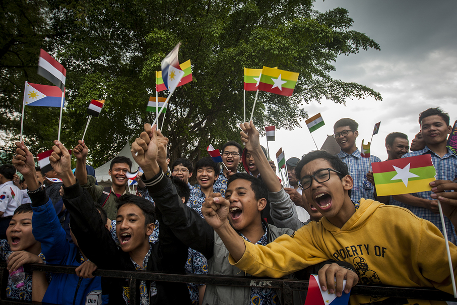 Students cheer as the lantern passes them during the parade. (JG Photo/Yudha Baskoro)