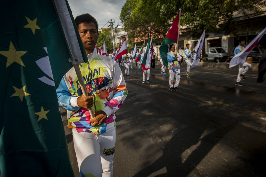 The national flags of the 42 countries set to participate in the 2018 Asian Para Games are carried through the streets of Solo. (JG Photo/Yudha Baskoro)