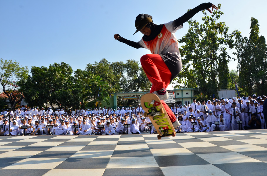 Nyimas skates in front of her schoolmates. (JG Photo/Cahya Nugraha)
