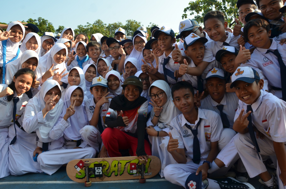 Nyimas and her schoolmates. (JG Photo/Cahya Nugraha)