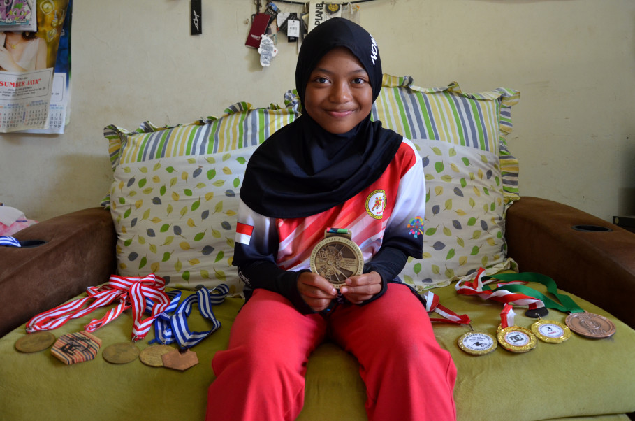 Nyimas and her medals. (JG Photo/Cahya Nugraha)