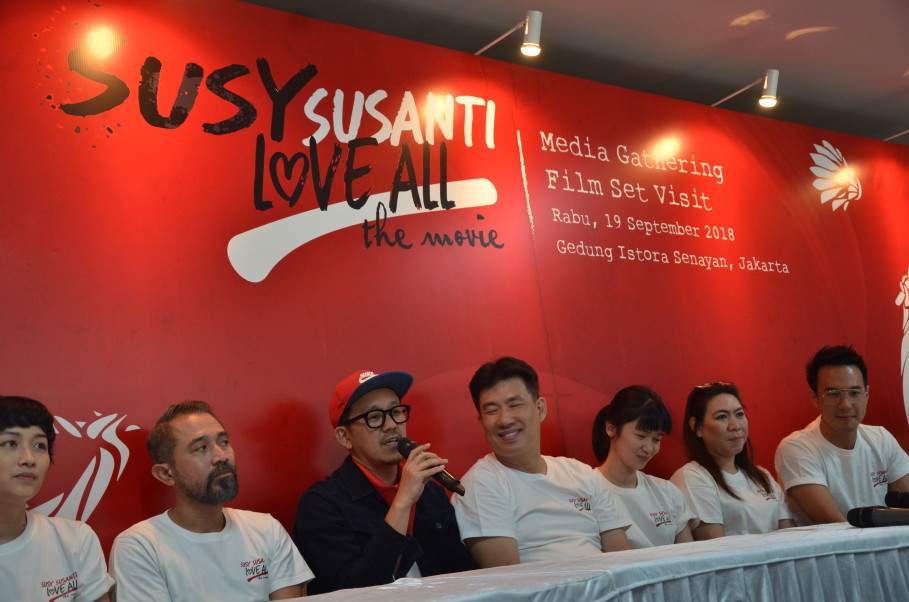 Film director Sim F., center, flanked by the cast of 'Susy Susanti – Love All.' (JG Photo/Cahya Nugraha)