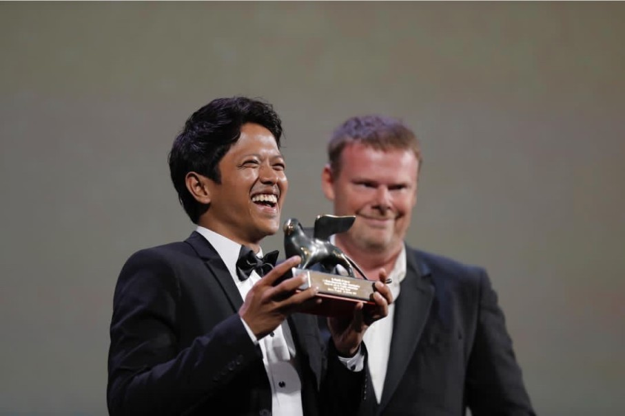 Indonesian filmmaker Aditya Ahmad accepting the award in Venice on Saturday. (Photo courtesy of Miles Films)