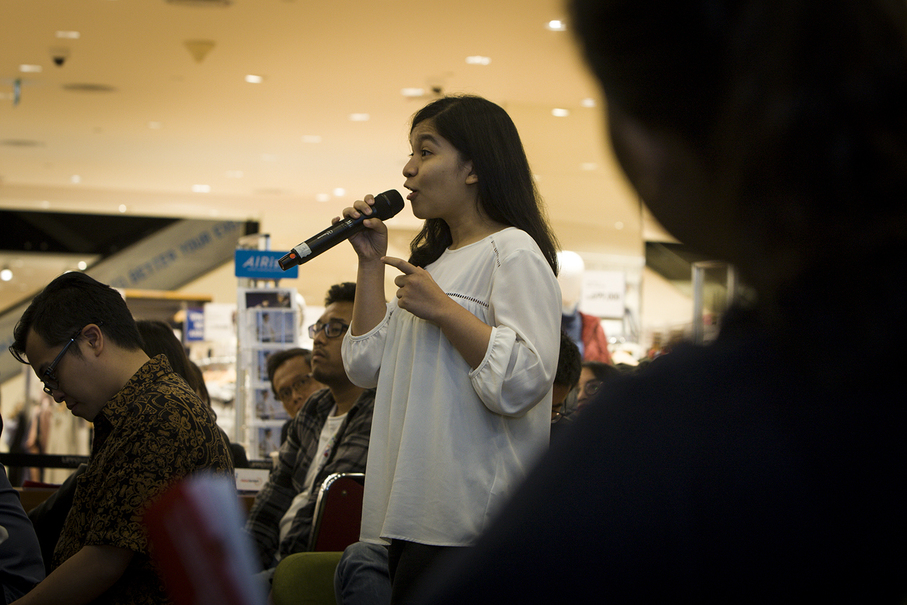 A participant asking a question during Saturday's event. (JG Photo/Yudha Baskoro)
