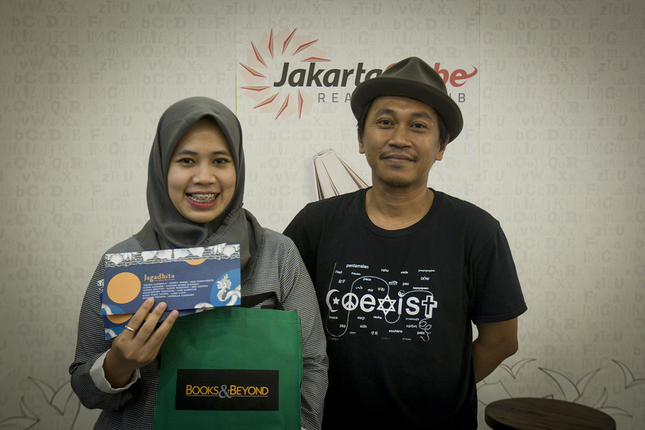 The winner of a door prize poses for a photo with J.J. Rizal. (JG Photo/Yudha Baskoro)