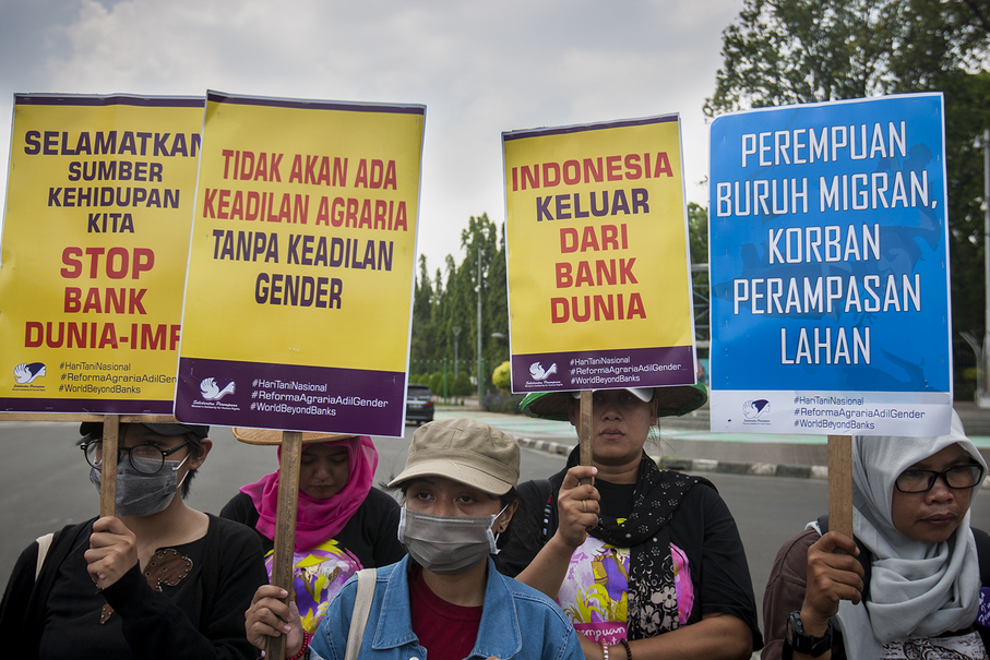 A group of activists carry posters with various demands, some calling on the government to salvage the nation's precious resources, such as land, from abuse by large corporations. (JG Photo/Yudha Baskoro)