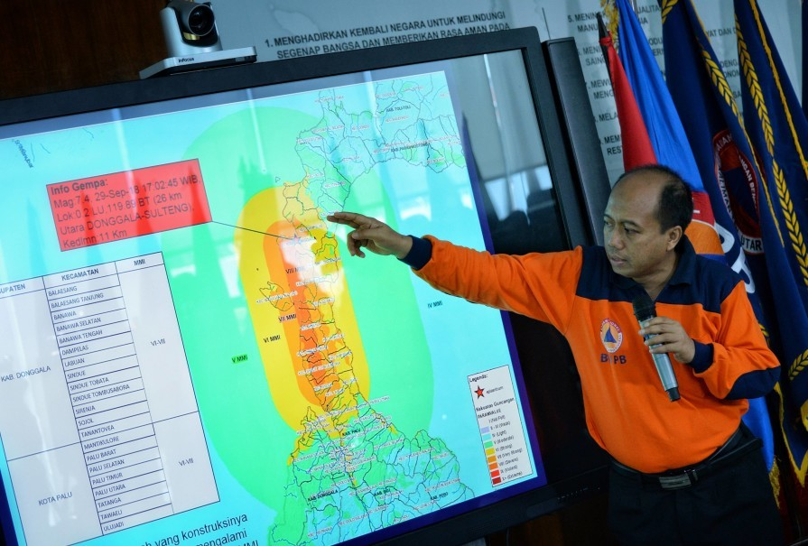 National Disaster Mitigation Agency (BNPB) spokesman Sutopo Nugroho showing the areas in Central Sulawesi that were affected by Friday evening's earthquake and tsunami, during a press conference in Jakarta on Saturday. (Antara Photo/Aprillio Akbar)