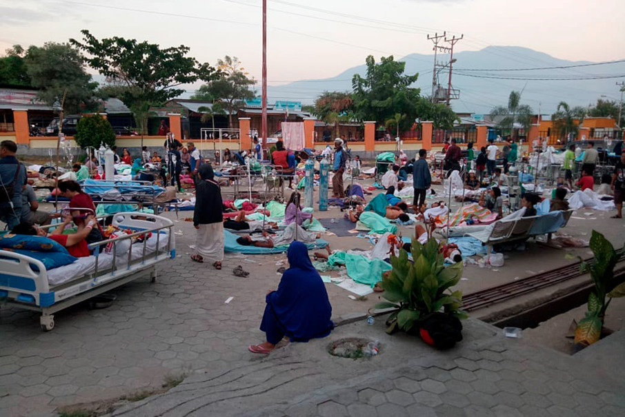 Patients receiving treatment outside Undata Hospital, which has run out of space following the earthquake and tsunami. The authorities have warned of possible aftershocks. (Antara Photo/BNPB)