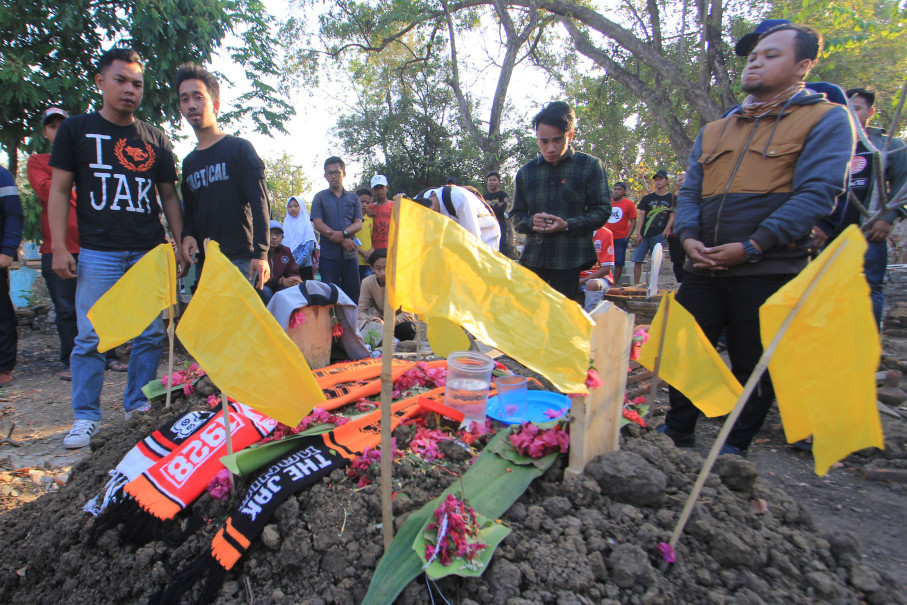 Some supporters of Jakarta football club Persija visited the grave of Haringga Sirila, a Persija fans, who died in a violence clash with Persib club fans in Bandung on Sunday (23/09). (Antara Photo/Dedhez Anggara)