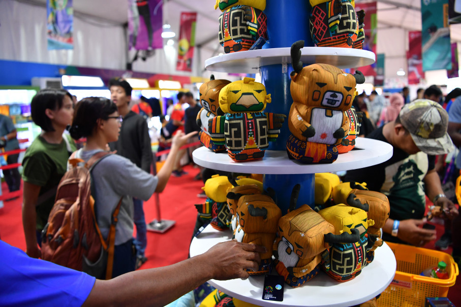 Visitors select souvenirs at the Asian Games Super Store in the Gelora Bung Karno Sports Complex. (Antara Photo/Inasgoc/Widodo S Jusuf)
