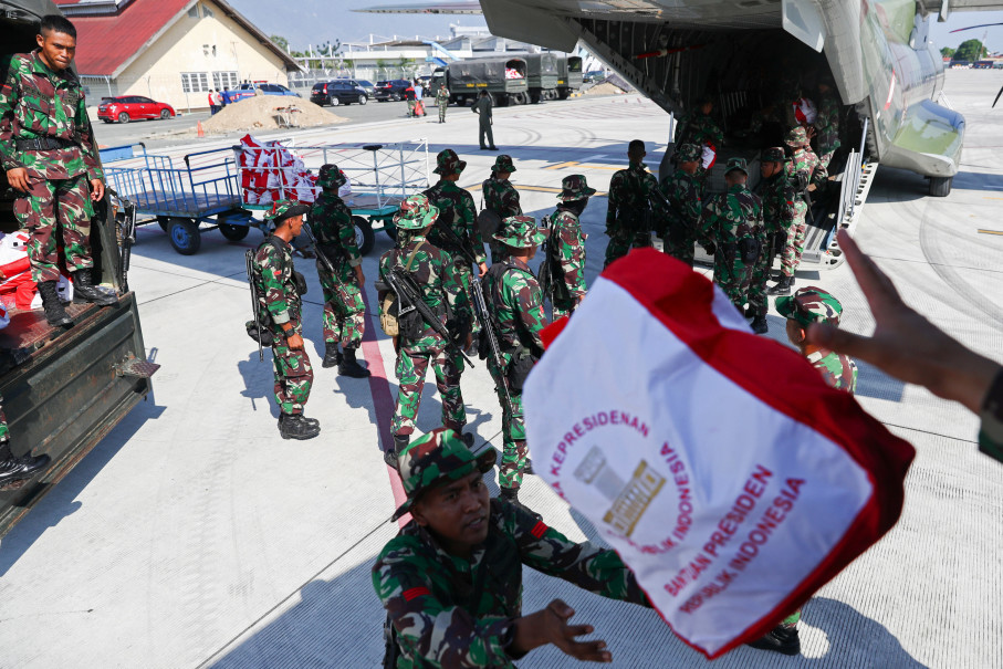 Soldiers unload emergency aid for disaster victims from a military aircraft at Mutiara SIS Al-Jufri Airport in Palu on Wednesday. (Reuters Photo/Athit Perawongmetha)