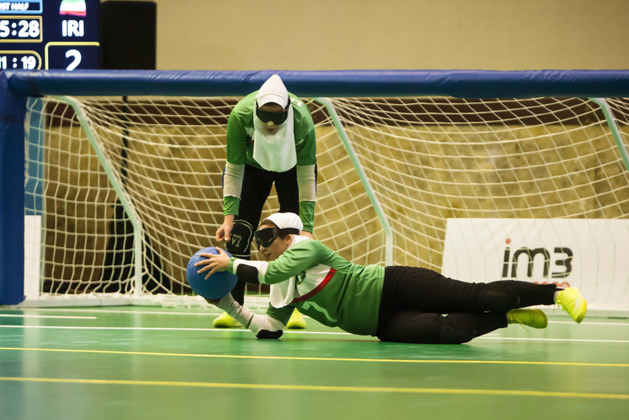 Ghanbari Zeinab of Iran catches the ball during a match against Thailand on Oct. 7. Iran had two goalball teams competing at this year's Asian Para Games. (JG Photo/Yudha Baskoro)