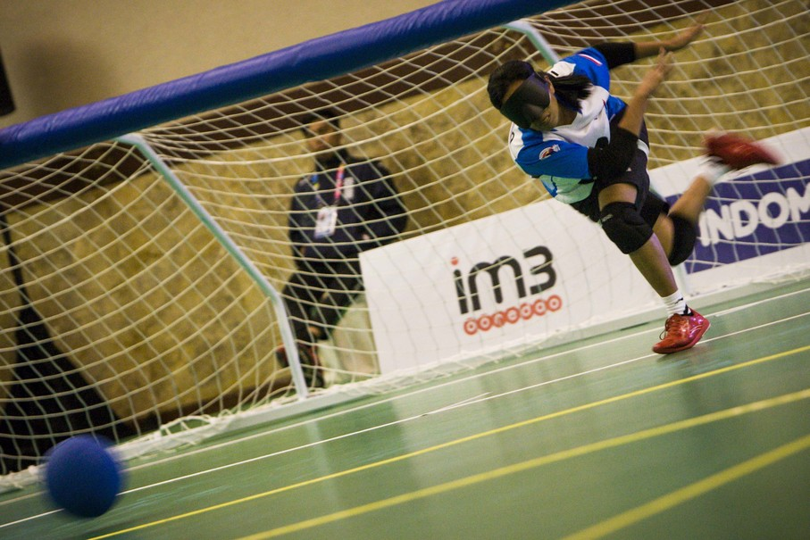 Ayu Ni Gusti of Indonesia strikes a penalty against Thailand during their match on Oct. 8. The host nation had two goalball teams competing at this year's Asian Para Games. (JG Photo/Yudha Baskoro)