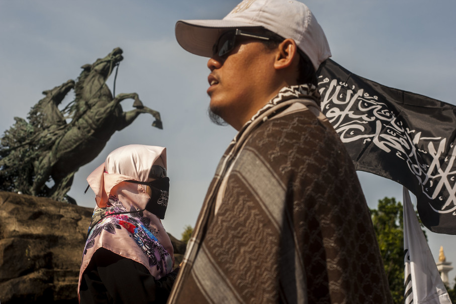 Protesters gathering at the Arjuna Wijaya chariot statue near Monas in Central Jakarta on Friday. (JG Photo/Yudha Baskoro)