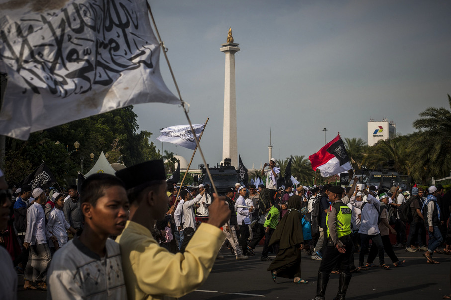 Protestors passing the National Monument. (JG Photo/Yudha Baskoro)
