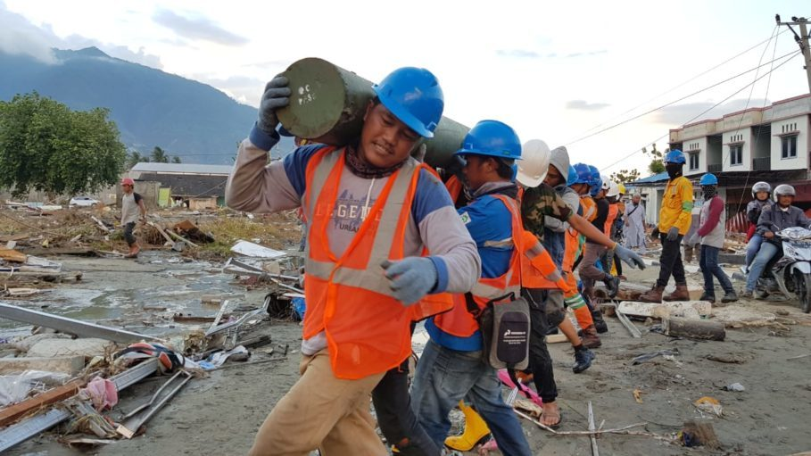 Technicians working to repair a power line in Palu on Friday. (Photo courtesy of PLN)