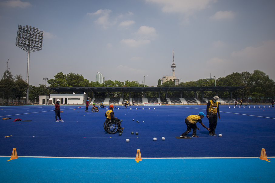 Lawn bowlers training on a hockey field at the Gelora Bung Karno Sports Complex on Sept. 24. (JG Photo/Yudha Baskoro)