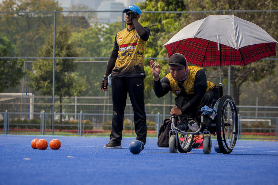 Indonesian lawn bowlers I Wayan Damai of Bali, right, and Suwondo of Central Java compete in a practice match in preparation for the 2018 Asian Para Games. (JG Photo/Yudha Baskoro)