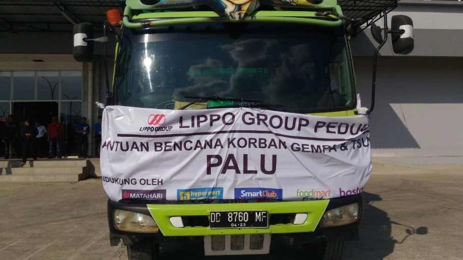 A Lippo Group truck preparing to transport food and clothing from Makassar to Palu on Sunday. (Photo courtesy of Lippo Group).