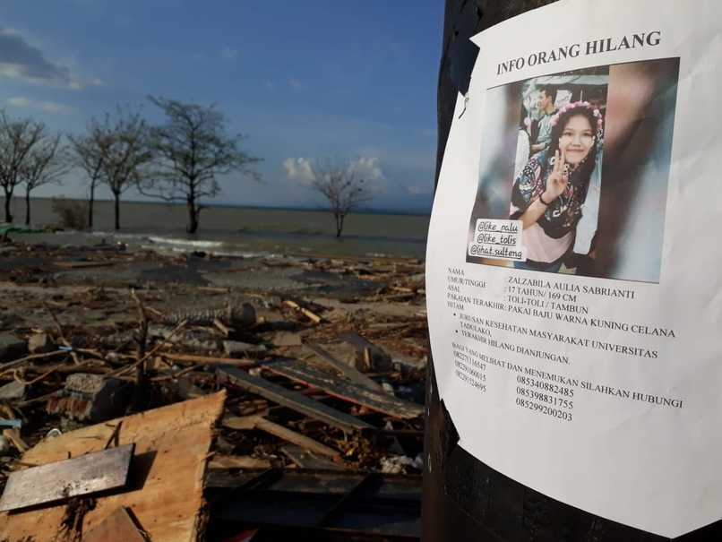 A poster on a utility pole at Talise Beach in Palu gives details of a 17-year-old girl who is still missing. (JG Photo/Telly Nathalia)