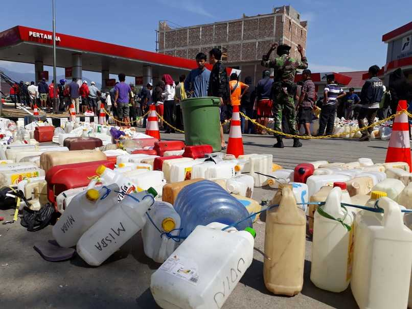 Palu residents queueing for gasoline at a fuel station in Jalan Kartini. (JG Photo/Telly Nathalia)