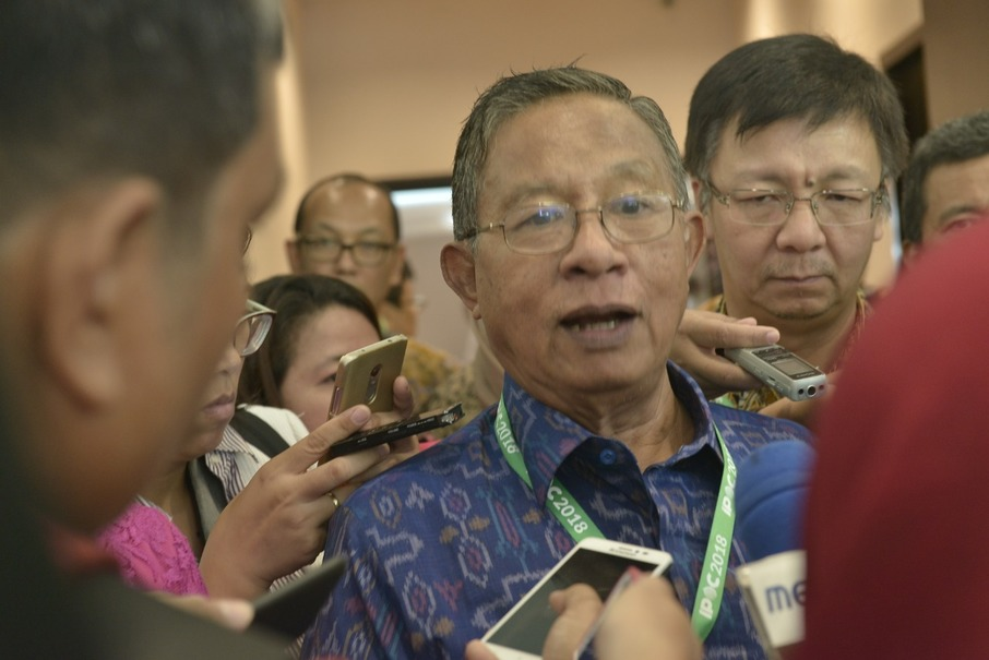 Coordinating Economic Affairs Minister Darmin Nasution speaking with reporters during IPOC 2019. (Photo courtesy of Gapki)