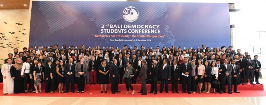 Foreign Minister Retno Marsudi, center, and several high-level officials attending the 2018 Bali Democracy Forum pose for a group photo with participants in the second Bali Democracy Students Conference on Wednesday. (Photo courtesy of the Ministry of Foreign Affairs)