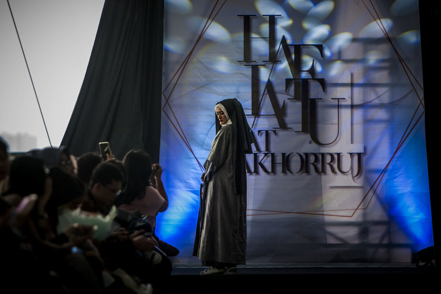 A model seen on the runway wearing a creation by Haliza Apriana. (JG Photo/Yudha Baskoro)