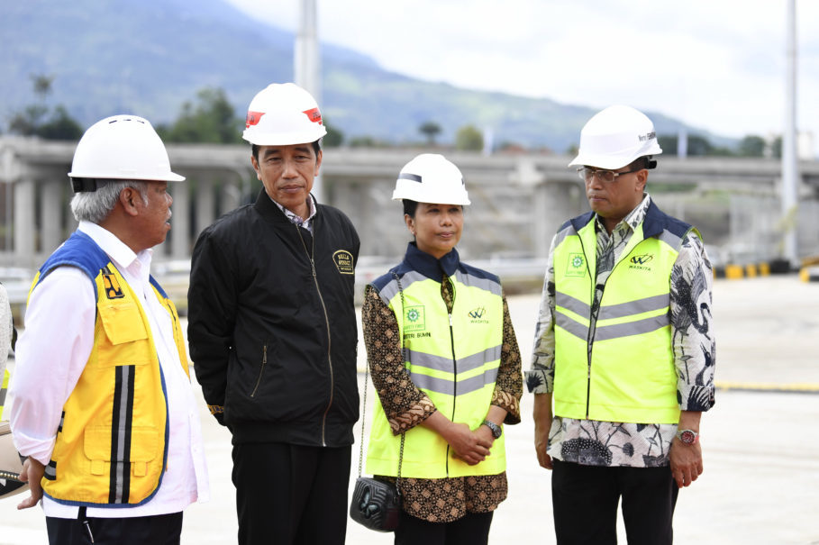President Joko 'Jokowi' Widodo, accompanied by Public Works Minister Basuki Hadimuljono, left, State-Owned Enterprises Minister Rini Soemarno, second from right, and Transportation Minister Budi Karya Sumadi, right, during the inauguration of the first section of the Bocimi Toll Road in Bogor, West Java, on Saturday. (Antara Photo/Puspa Perwitasari)