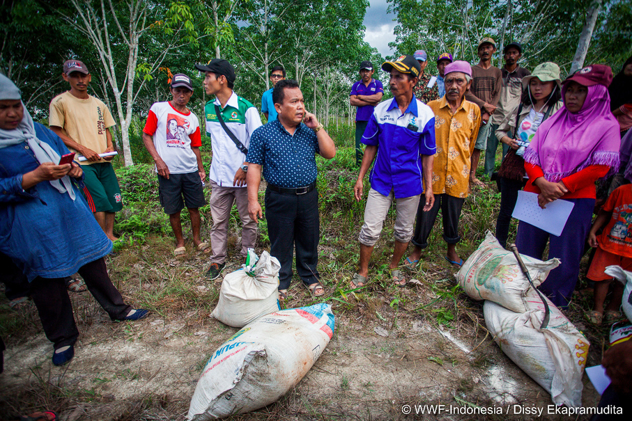 An instructor teaches farmers about the proper composition of fertilizer to ensure the best yield. (Photo courtesy of WWF Indonesia/Dissy)