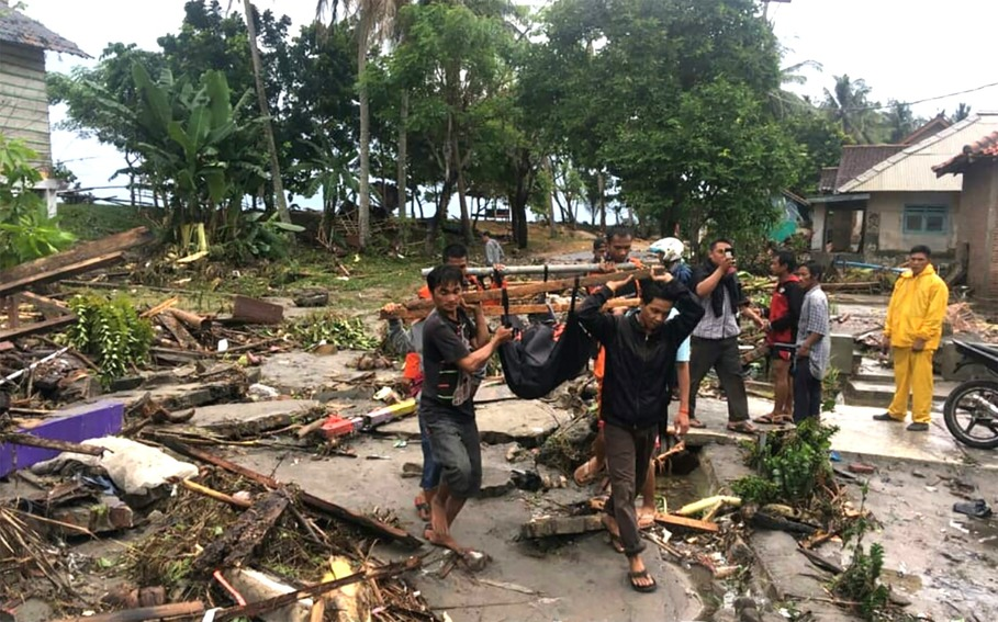 Residents evacuating victims of the tsunami in a coastal village in Cinangka. (Antara Photo/Basarnas)